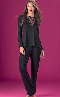 LYNN. EDIÇÃO DE LUXO! Conjunto de MODAL com LYCRA e detalhe de Renda em poliamida. Blusa com aplique triangular de renda pespontado e aplique de coroa com banho ouro. Pajama Party Outfit, Sleeping Gown, Luxury Nightwear, Babydoll, Moda Casual, Hijab Outfit, Mi Long, Costume Design, Night Gown
