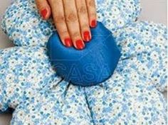 como hacer un cojin con forma de flor Pillows, Flower, Supreme T Shirt, Dress, Home, Decorative Bed Pillows, Blinds, How To Make, Smocking Patterns