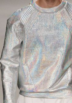 THOUGHT - METALLIC threaded sweatshirt, in the same body we offer? wgsn: Iridescent silver sweatshirt at the Juun.J today Fashion Week, Womens Fashion, Fashion Trends, Holographic Fashion, Holographic Paint, Mode Collage, Paris Couture, Streetwear, Fashion Details