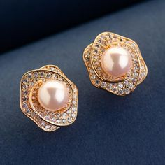 Simple and stunning pearl earrings crafted with high-quality imitation pearls and luminous crystals from Swarovski. Gold plated earrings with pearls and crystals. Pearl Stud Earrings, Gold Plated Earrings, Pearl Studs, Women's Earrings, Charms Swarovski, Swarovski Crystals, Jewelry Box, Jewellery, Earring Crafts