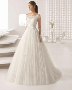 Vestido de novia estilo princesa de encaje pedrería y tul suave, con escote barco con falda volumen. Colección 2018 Rosa Clará.
