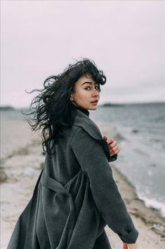 My Positive Style Girl Photography Poses, Beach Photography, Fashion Photography, Love Photos, Girl Photos, Ootd Poses, Winter Beach, Insta Photo Ideas, Beach Portraits