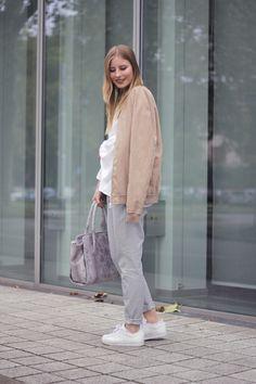 outfit grau beige weiss hose bluse turnschuhe bomberjacke tasche