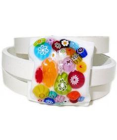 Witte leren wikkelarmband met fantastische multicolor millefiori cabochon van glas!