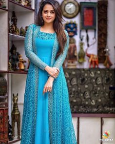 5 Dress Styles That Will Make You Look Thinner. While particular ladies wear products you see on the runway might look terrific on models, they might not look great on every woman. Gown Party Wear, Party Wear Indian Dresses, Indian Fashion Dresses, Indian Gowns Dresses, Dress Indian Style, Indian Long Dress, Indian Dresses For Women, Girls Party Wear, Indian Wear