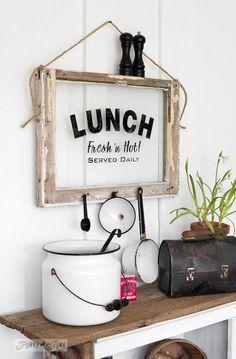 almoçando com uma janela antiga com um sinal instantâneo, artesanato, design cozinha, reaproveitamento upcycling, decoração da parede, janelas