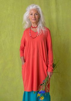I'm planning on wearing this solid-colored tunic for the next couple of days! Attractive V-neck style with side pockets. And of course in our comfortable organic cotton jersey! Mature Fashion, Plus Size Fashion, Boho Outfits, Fashion Outfits, Womens Fashion, Fashion Hats, Stylish Older Women, Style And Grace, My Style