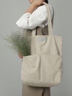 most stylish trend trends in unique handbags and purses Diy Clothes Bag, Diy Sac, Unique Handbags, Diy Tote Bag, Linen Bag, Fabric Bags, Summer Bags, Reusable Bags, Cotton Bag