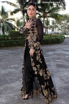 Kareena Kapoor sizzles in Anamika Khanna Black and Gold Outfit Indian Gowns, Indian Attire, Indian Wear, Indian Suits, Punjabi Suits, Indian Designer Outfits, Designer Dresses, Kaftan, Black And Gold Outfit