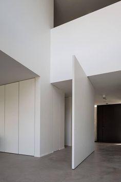 Porta pivotante como divisora de ambiente.  Fotografia: http://www.decorfacil.com/portas-pivotantes/