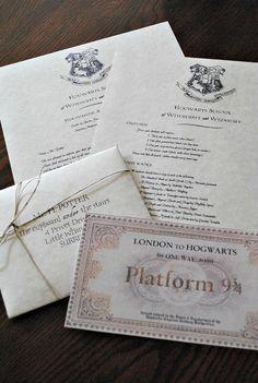 Deze 4 delige set omvat:  -Een enveloppe geadresseerd aan Harry Potter of uw persoonlijke adres. Verzegeld met een Zweinstein koper/goud faux lakzegel. -De aanvaarding brief ondertekend door Prof. Minerva McGonagall, ondertekend in emerald inkt -De lijst van alles wat die u nodig heeft op Zweinstein je eerste jaar. EN een 4 x 2 in ticket naar Zweinstein Express rijden. Let op het is kleiner dan in de afbeelding, zodat het past in de aanvaarding brief envelop.  De letters en de enveloppen…