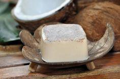 Cómo hacer jabón con aceite de coco. El jabón elaborado con aceite de coco es un gran producto para cuidar la piel y, especialmente, para mejorar el aspecto de aquellas personas que sufren las consecuencias de una producción de sebo exce...