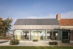 Na zbytcích starého statku vyrostlo nové sídlo od belgického studia Govaert & Vanhoutte Architects. Nechala si jej postavit čtyřčlenná rodina, která v něm nejen bydlí, ale také vede penzion. Stavba je zároveň symbolickým pomníkem všech událostí, které se v kraji odehrály.