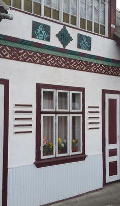 Te încarci de frumos în Ciocănești, satul bucovinean unde casele sunt încondeiate | Adela Pârvu - Interior design blogger Garage Doors, Case, Interior, Outdoor Decor, Design, Home Decor, Decoration Home, Indoor, Room Decor
