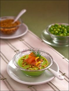 Green pea panna cota with salmon - love the colours via http://www.carina-forum.com/ricette/appetizers/verdura/0000039_en.php