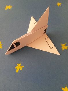 Pour les fans de cosmos, réalisez cette super navette spatiale avec une simple feuille de papier blanc ! Vous pouvez même en fabriquer plusieurs et faire un concours de lancement de fusées. Parfait pour une activité lors d'un goûter d'anniversaire sur le thème de l'astronomie.