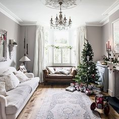 Traditional white festive living room Traditional Christmas living room ideas Christmas 2013 PHOTO GALLERY 25 Beautiful Homes Hous. Traditional white festive living room When it comes to decorating, soft greys and whites, combined with pale oak flooring, Grey Walls Living Room, Home Living Room, Living Room Designs, Living Room Furniture, Living Room Decor, Furniture Layout, Living Room With Bay Window, Bay Window Curtains Living Room, Furniture Ideas