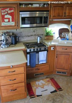 28 Great Redecorating Ideas For Your Rv Camper. Tear campers are really beautiful. A lot of people use campers as guest cottages when folks come to see. Camper lets you have fun on the street and ou. Living Room Remodel, Rv Living, Small Living, Motorhome Accessories, Rv Makeover, Remodeled Campers, Rv Campers, Happy Campers, Camper Trailers