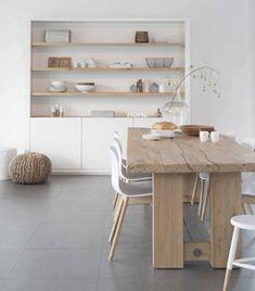 Tafel eiken met stoere HAY stoeltjes, winkelkast Mix & Match wit met houten planken