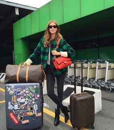 7 Travel Essentials For Your Next Weekend Getaway Chiara Ferragni Copia Louis Vuitton Keepall, Louis Vuitton Handbags, Louis Vuitton Speedy Bag, Outfits Otoño, Airport Outfits, Travel Outfits, Look Street Style, Street Styles, Chanel Classic Flap