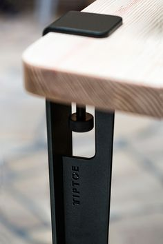 Le pied TIPTOE 40cm OUTDOOR sefixe en quelques secondes sur n'importe quel support à l'aide d'une vis de serrage pour créer un table basse ou un bancpour un jardin, une terrasse ou une verrière. Les pieds TIPTOE OUTDOOR sont fabriqués en acier thermo-laqué dans les meilleurs ateliers d'Europe et ont fait l'objet d'un traitement spécial pour l'extérieur (peinture grainée 100% polyester anti-UV et anti-corrosion). BESOIN D'UN MEUBLE COMPLET POUR L'EXTERIEUR? Trouvez le dansnotre sélection…