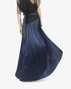 thehula_Last chance to get glitzy!! #newyearseve 💃🏻. #HaiderAckermann Gown (http://thehula.com/haiderackermann-dress-654) 📷@jeanettetang 👌🏻 #thehulaloves #shophula #ootd #pleats #metallics #electricblue #partywear