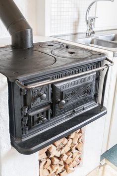 Strip the stove of nickel plating and go with black? Sustainable Building Design, Old Stove, Vintage Stoves, Antique Stove, Welcome To My House, Cooking Stove, Kitchen Stove, Stove Fireplace, Swedish House