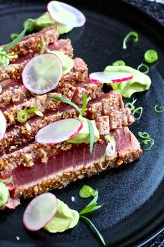 Hasselnøttpanert tunfisk med avokado- og estragonkrem