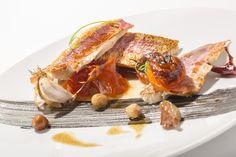 Si eres amante del pescado, ven a probar nuestros Salmonetes de roca confitados con asadillo de verano, muy ligeros y sabrosos. Solo en Aura Restaurante. 