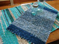 Lovely, lovely, lovely.   http://thecountryfarmhome.blogspot.com/2013/01/rag-rug-weaving-tutorial-and-tips.html