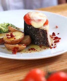 Lombo de bacalhau com queijo e esmagada de brócolos. Uma receita especial e cheia de sabores diferentes para uma refeição única. Ideal para surpreender e degustar com quem mais gosta.