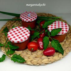 Was nun? Paradeis-Sauce oder doch Tomatensauce? Wie auch immer: Margareta hat einen verregneten Tag genutzt, um mit Paradeis-Sauce die Sonne ins Glas zu holen. Das Rezept gibt es wie immer hier: http://www.verenakocht.at/2016/08/11/paradeis-sauce/ Click the link above for the recipe for yummy Tomato-Sauce or follow my homepagewww.verenakocht.at!