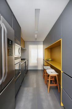 Apartamento Núcleo / MAB3 Arquitetura. ©Foto: Mariana Orsi Kitchen Cabinets, Table, Furniture, Design, Home Decor, Kitchen Small, Modern Kitchens, Arquitetura, Colors