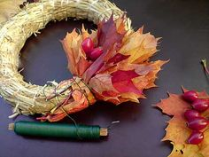 Fold a rose branch here and there. - Fold a rose branch here and there. Autumn Wreaths, Christmas Wreaths, Thanksgiving Decorations, Christmas Decorations, Autumn Crafts, Arte Floral, Leaf Art, Diy Wreath, How To Make Wreaths