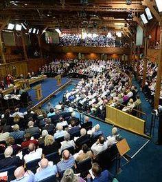 La Iglesia de Escocia acepta gays activos como ministros.