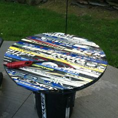 Outside table made from old hockey sticks Hockey Stick Crafts, Hockey Sticks, Hockey Decor, Hockey Room, Hockey Party, Ice Hockey, Hockey Season, Sport Craft, Wood Projects