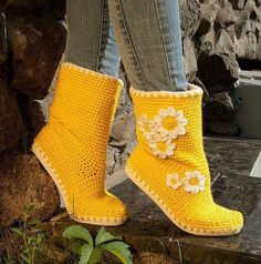 yellow boots <3 Crochet Slippers, Crochet Shoes Pattern, Crochet Boots, Shoe Pattern, Crochet Shawl, Crochet Stitches, Crochet Patterns, Fabric Shoes, All Free Crochet