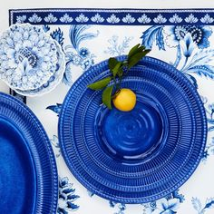 Clean and modern with a slightly textured circular pattern and pleated border, these substantial melamine salad plates are the epitome of easy chic. The wide-rimmed plates are a feast for the eyes especially when mixed and matched the other servin… Blue Table Settings, Christmas Table Settings, Christmas Tablescapes, Place Settings, Contemporary Dinnerware, Lemon Centerpieces, Circular Pattern, Plate Design, Vintage Textiles