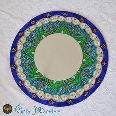 Mandala azul e verde com espelho  Em espelho e vidro com 4mm de espessura  Com 40cm de diâmetro (vidro) e 20cm de diâmetro (espelho)  Pintada à mão com tinta relevo e verniz vitral