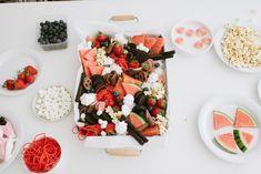 Leckere Snackplatte: So gelingt der Food Trend Grazing Platter! Schritt für Schritt - Anleitung: In 7 Schritten zur Snack Platte. Gouda, Chutneys, Food Trends, Foodblogger, Platter, Yummy Food, Cheese, Snacks, Table Decorations
