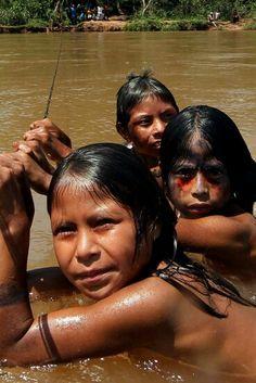 #Dia19Abril #DiaDoÍndio ♥ Estudos de Genética recente, mostram que nossos #Índios tem Genes próximos aos dos Aborígenes Australianos.  #SomosTodosÍndios ☆ ♡ ☆ Tribo Caiapós e/ou Kayapós, Amazônia Brasileira.