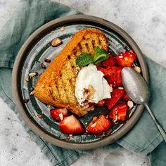 Grillad sockerkaka med fläderjordgubbar   Recept ICA.se Hummus, Sweets, Ethnic Recipes, Desserts, Food, Cakes, Tailgate Desserts, Deserts, Goodies