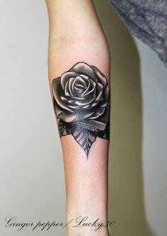 Tattoo rose noir et blanc  par Ginger pepper  à Lucky30