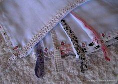 Fraldas de tecido com barrinhas em estampas delicadas. Possui alça para chupeta com fecho de botão de pressão metálico. Pode ser pedida nas cores de preferencia.