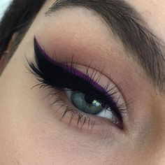 duo liner - black and purple eyeliner Pretty Makeup, Love Makeup, Makeup Inspo, Makeup Inspiration, Makeup Tips, Makeup Looks, Hair Makeup, Makeup Ideas, Eyeliner Make-up