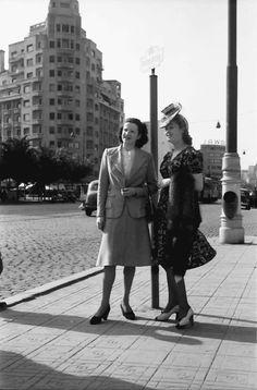 15Bukarest.Mädi und Märy an der Haltestelle.05.1941