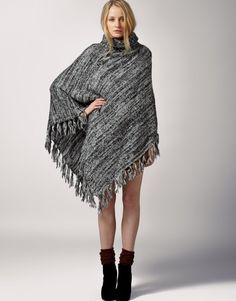 poncho femme gris avec franges combiné de jupe courte et bottines