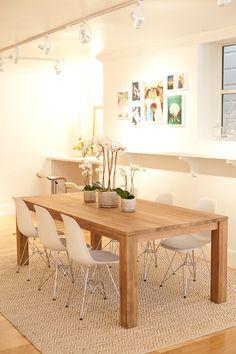 Balda larga en la pared al lado de la mesa y mosaico de cuadros.
