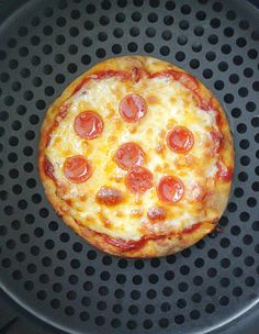 Surprisingly low in calories and amazingly satisfying these Perfect Personal Pizzas (in an Air Fryer) will be your new favorite snack. Air Fryer Oven Recipes, Air Frier Recipes, Air Fryer Dinner Recipes, Dinner Rolls Recipe, Appetizer Recipes, Appetizers, Air Fryer Fish, Air Fryer Steak, Sweet Potatoe Bites
