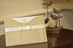 Convite de casamento dourado com uma imponente textura em relevo seco.